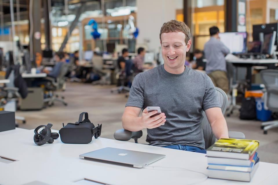 灰色T恤是祖克柏的慣常打扮。 圖/摘自祖克柏臉書