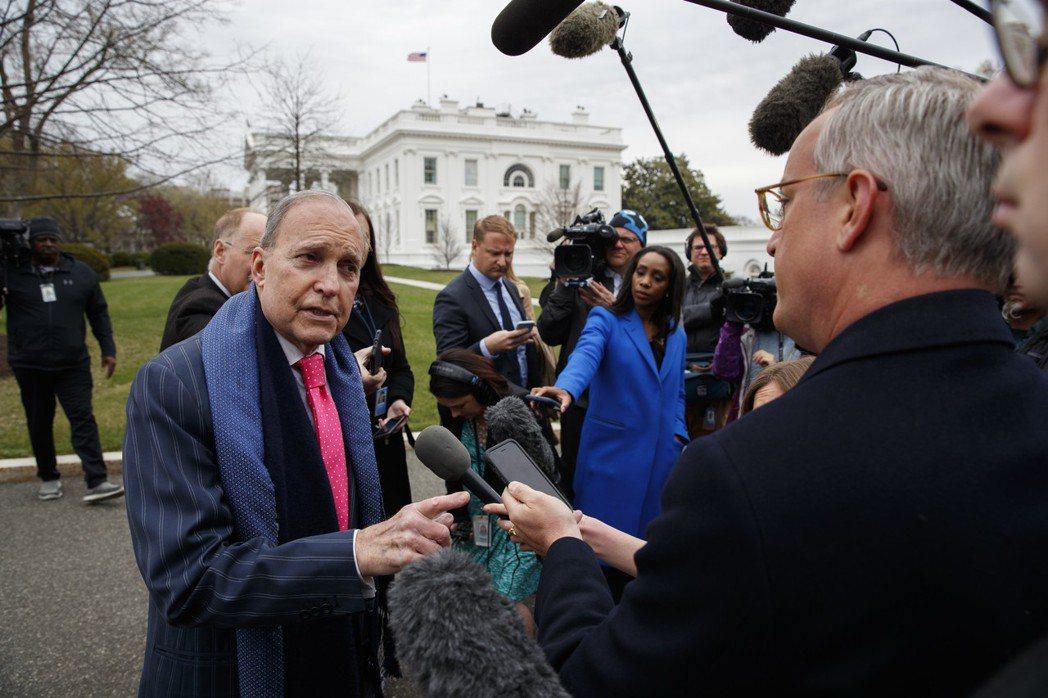 白宮經濟顧問柯德洛身著正式西裝接受訪問。 (美聯社)