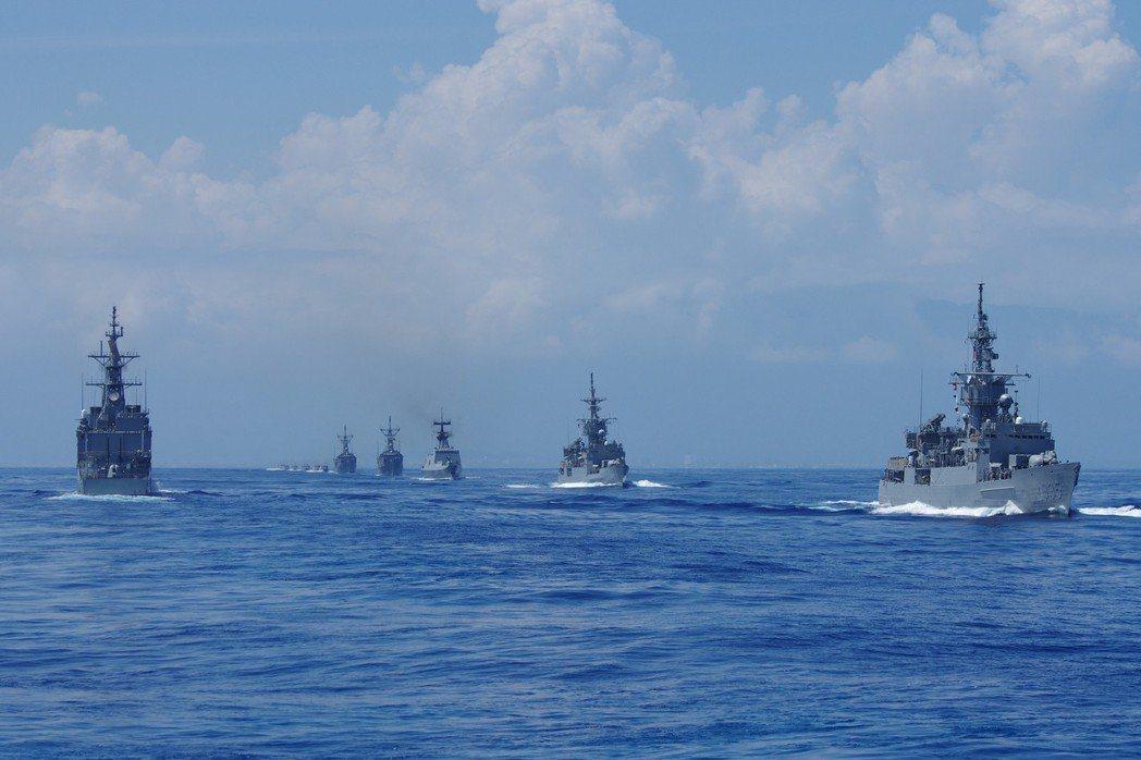 2014年9月17日,馬英九總統搭乘「左營」號驅逐艦(DDG1803),校閱艦艇...