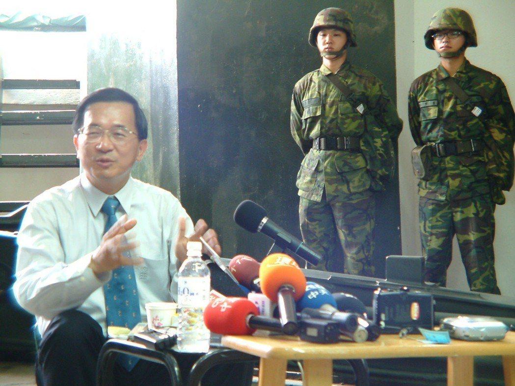 2003年,時任總統的陳水扁巡視金防部獅山砲陣地,坐在野戰小板凳召開記者會 。 ...