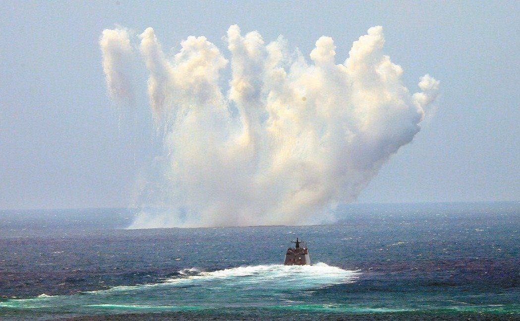 2017年,光華六號飛彈快艇在濟陽級巡防艦發射干擾絲的掩護下航行。 圖/聯合報系...