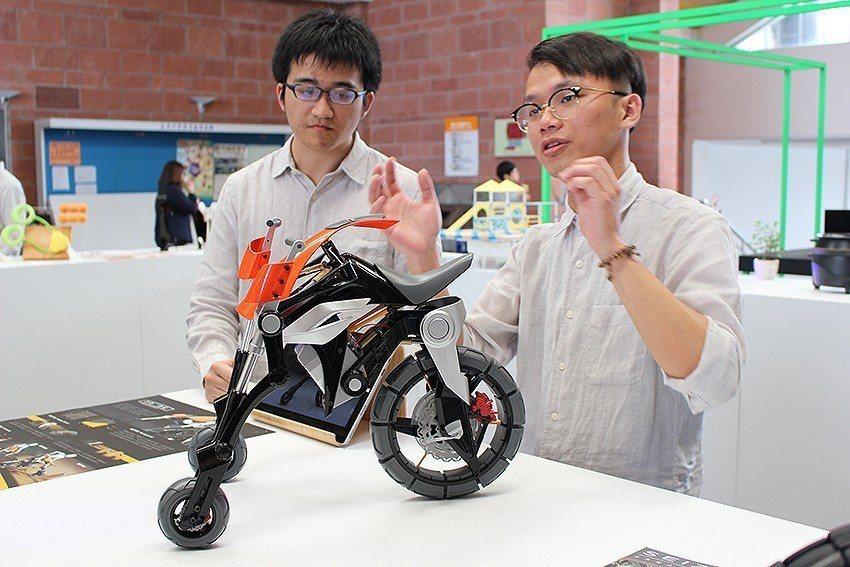 黃宇榕(右)和邱奕任的作品PROBE,是想像未來能在都市叢林中穿梭的極限運動載具...