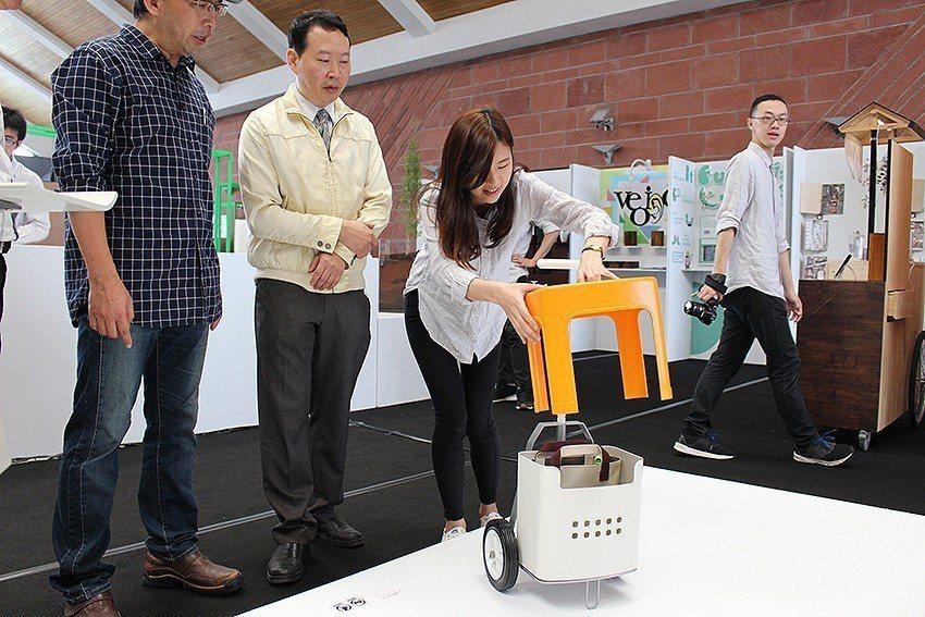 李旻頤(左三)設計園藝拖車組,方便高齡者參與戶外的園藝活動。 長庚大學/提供