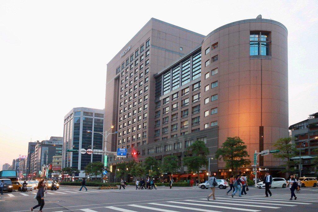 位於台北市精華區的六福皇宮飯店因營收趕不上房租上漲而在年底熄燈,商辦房仲表示,近...