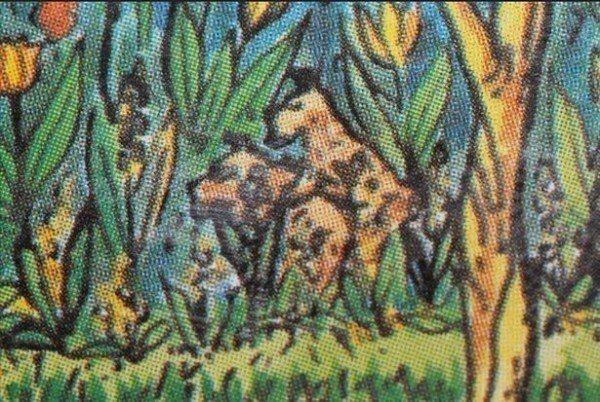 一對小狗也在草叢中「奮戰」。圖/取自《每日郵報》
