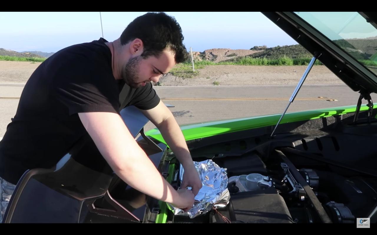 美國網紅帕克把自己的藍寶堅尼當鐵板煎牛排。圖擷自Youtube