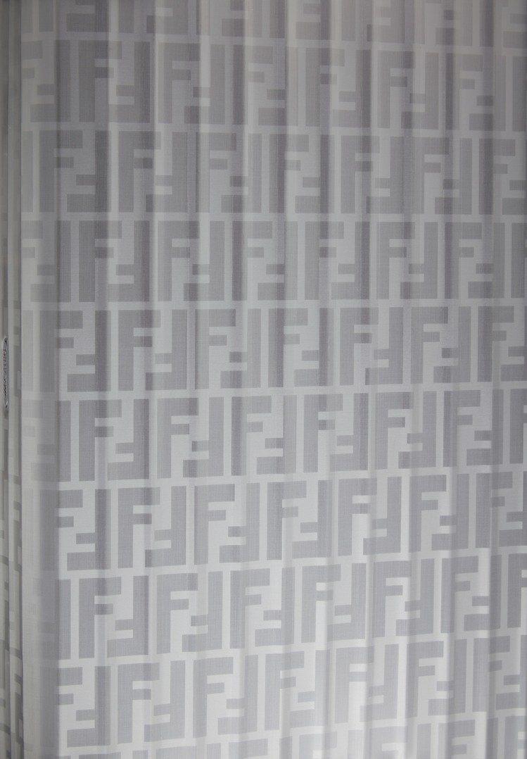 經典的鋁鎂合金箱體上能見到Fendi的FF標誌。圖/Fendi提供