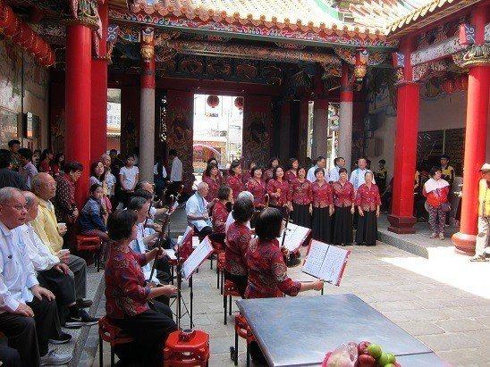 台北市客家社團歌謠班和弦樂班現場表演。 邱四珍/攝影