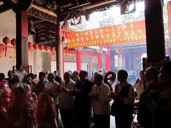 台北市各客家社團領袖向三山國王祝壽。 邱四珍/攝影