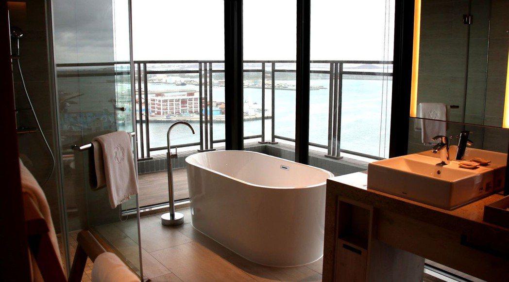邊泡澡、邊眺望港灣海景,好不療癒,不用出飯店就可以欣賞花火節。 游慧君/攝影