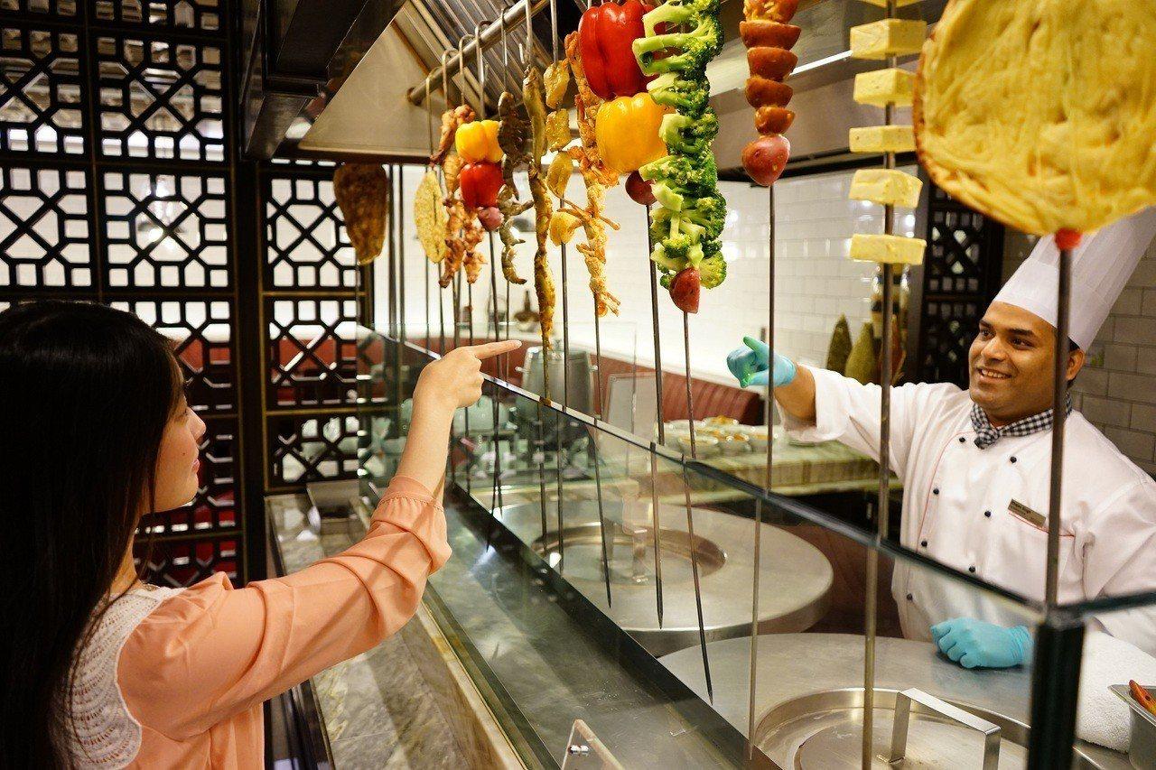台北威斯汀六福皇宮絲路宴互動式餐廳,匯集多國美饌於一身。圖/六福旅遊集團提供