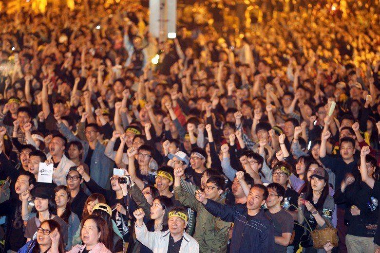 在民主支持度方面,台灣年輕人對民主政治的支持是穩定地維持在超過七成、甚至近兩次調...