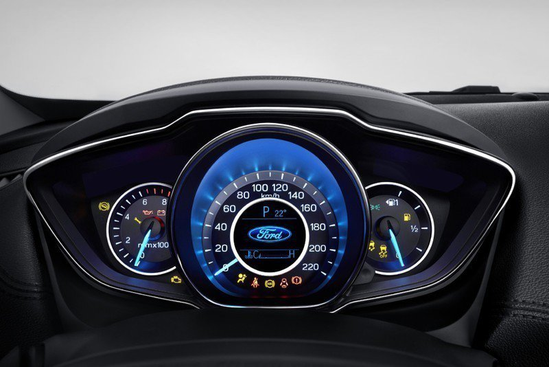 全新設計Escort儀表板,中間多了液晶顯示幕。 摘自Ford