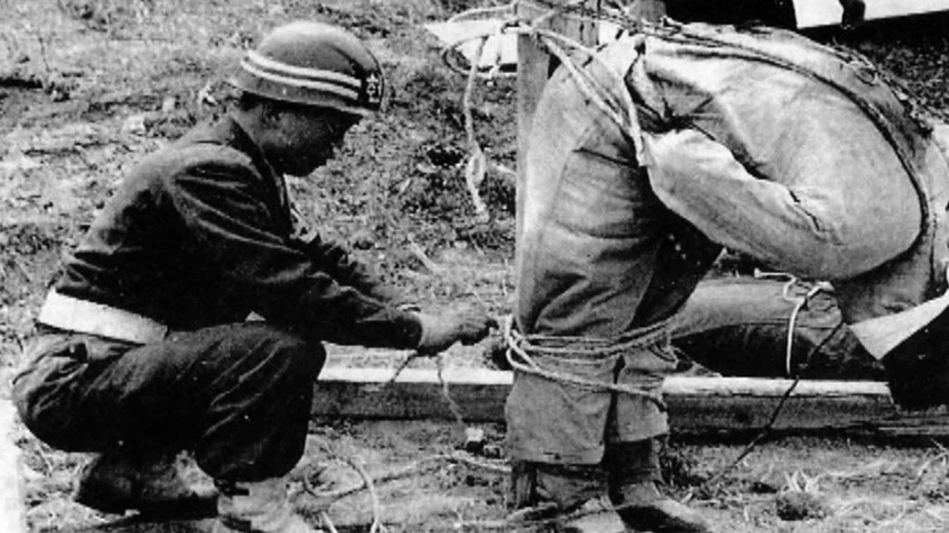 一名政府軍,正從刑台上卸下被處決的「濟州暴徒」。 圖/濟州島四三事件70周年紀念...