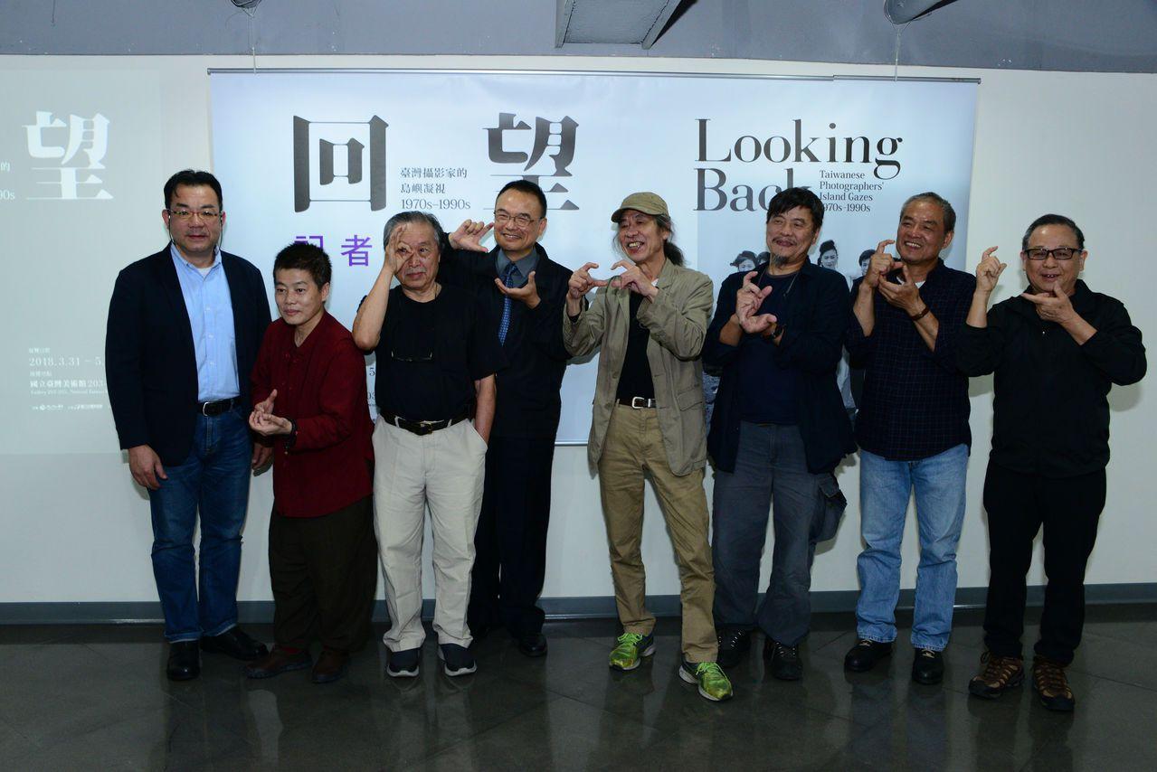 國美館蕭宗煌館長(左4),策展人沈昭良(左1),張照堂(左3)及攝影家合影(左起...