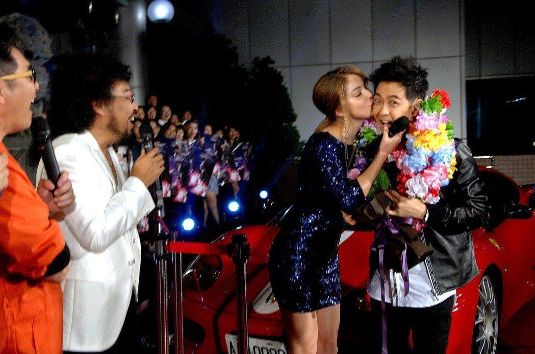 安妮獻吻林志穎,林說這下回家老婆會罵了。圖/華視提供
