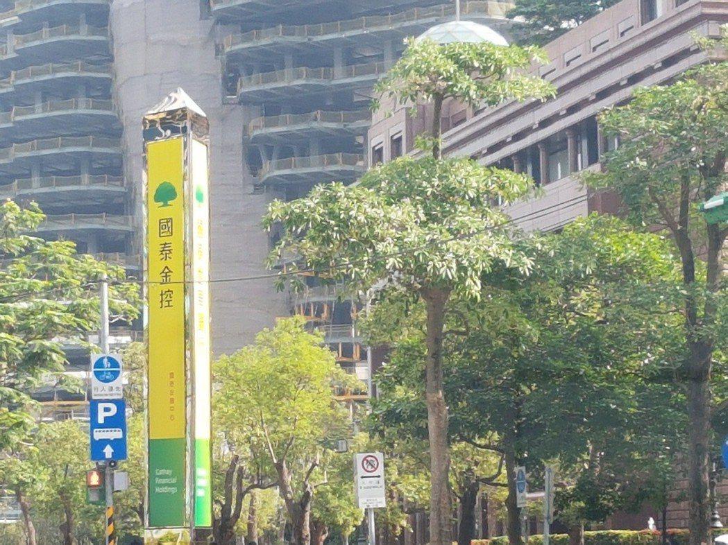 針對六福皇宮房租案,國泰人壽今天發布聲明,共調降六福皇宮租金兩次,一次還調降逾2...