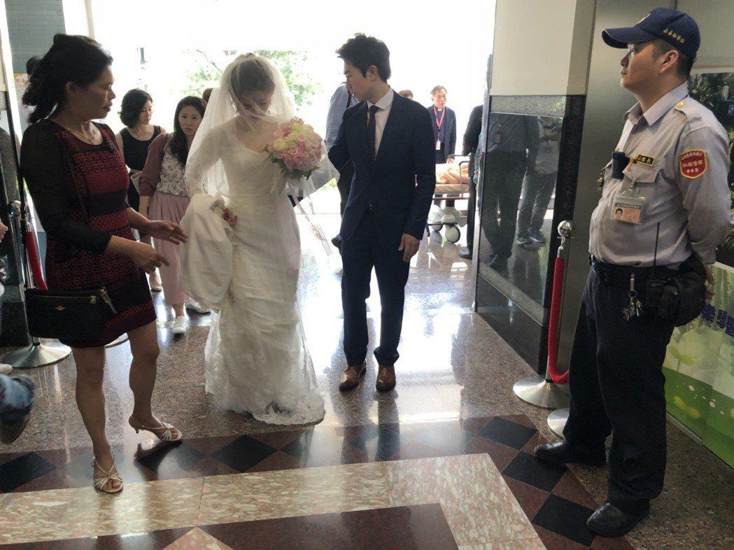 新人曾柏凱、侯宛君今天中午趕到嘉義基督教醫院,所到之處引起注目。記者王慧瑛/攝影