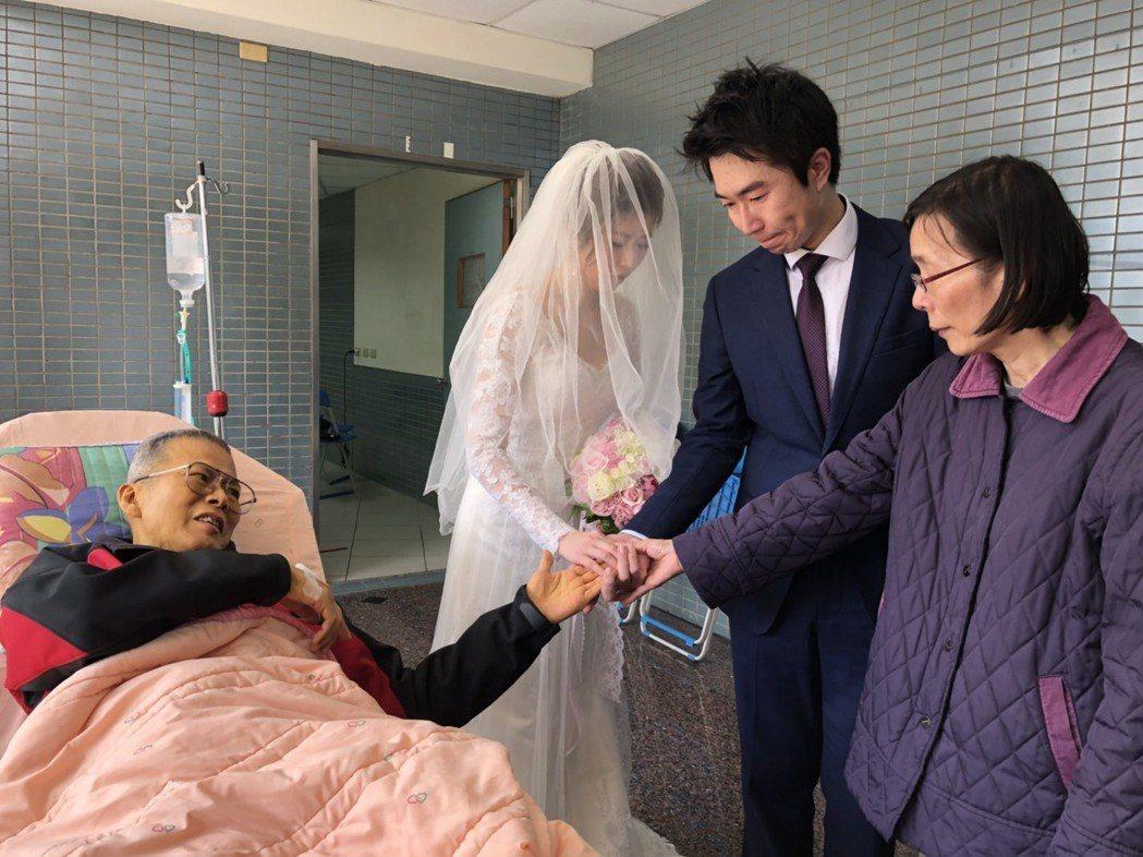 癌末男子侯啟雄今天在醫院為獨生女侯宛君蓋白紗,見證女兒的人生大事,完成一樁心願。...