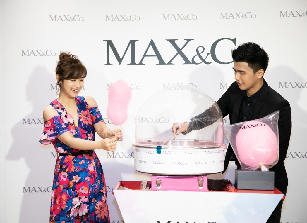 Sandy吳姍儒出席MAX&Co.春夏新裝發表,現場體驗棉花糖製作。圖/MAX&...