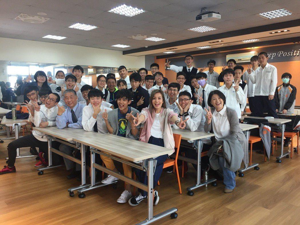 浩角翔起和莎莎(中)一起赴浩子的母校「彰化高中」當一日教師。圖/TVBS提供