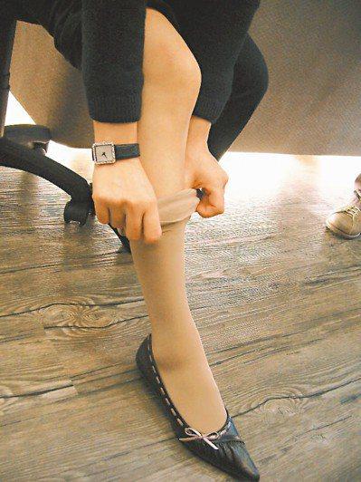 已出現靜脈曲張症狀者,建議可穿醫療彈性襪,但僅能預防惡化,仍應就醫做根本治療。 ...