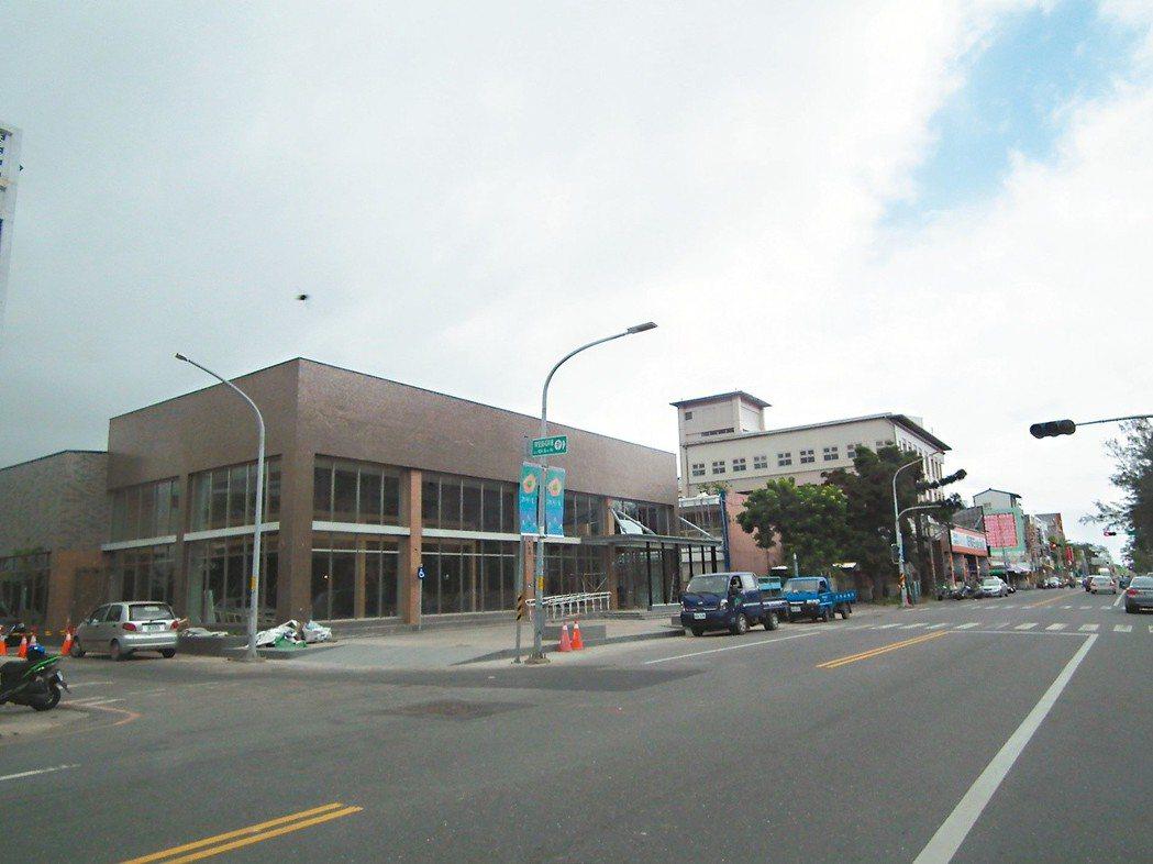 台東市公所歷經1年的規劃建置,完成全市1萬5千盞路燈網路報修系統,昨天啟用。 記...
