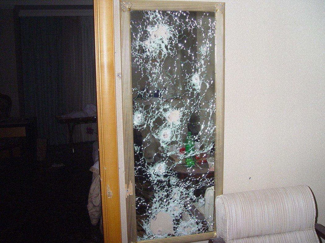 麗尊槍戰,客房玻璃屏風中彈情形。 記者林保光/翻攝