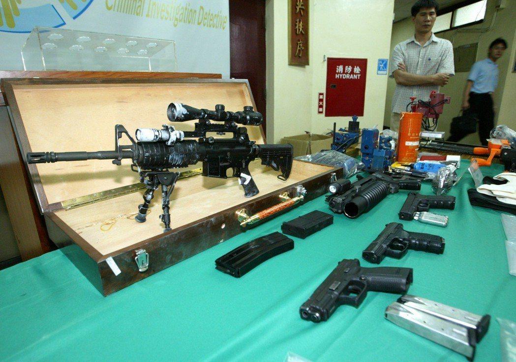 警方查獲黃姓嫌犯持有的M16A1突擊式步槍及近500發子彈等武力,令人咋舌。 圖...