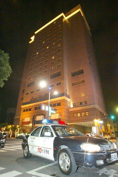高雄市警方12年前在麗尊酒店監控黃姓嫌犯時,爆發激烈警匪槍戰,警方封鎖附近道路,...