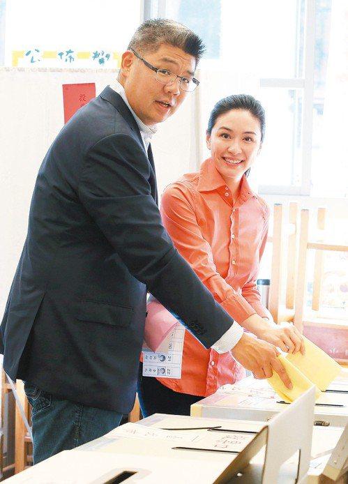 2014年國民黨台北市長候選人、44歲的連勝文(左)和太太蔡依珊(右)前往投票所...