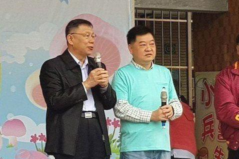 台北市長柯文哲(左)今年一月參加民進黨籍市議員王孝維(右)與內湖國際同濟會合作舉...