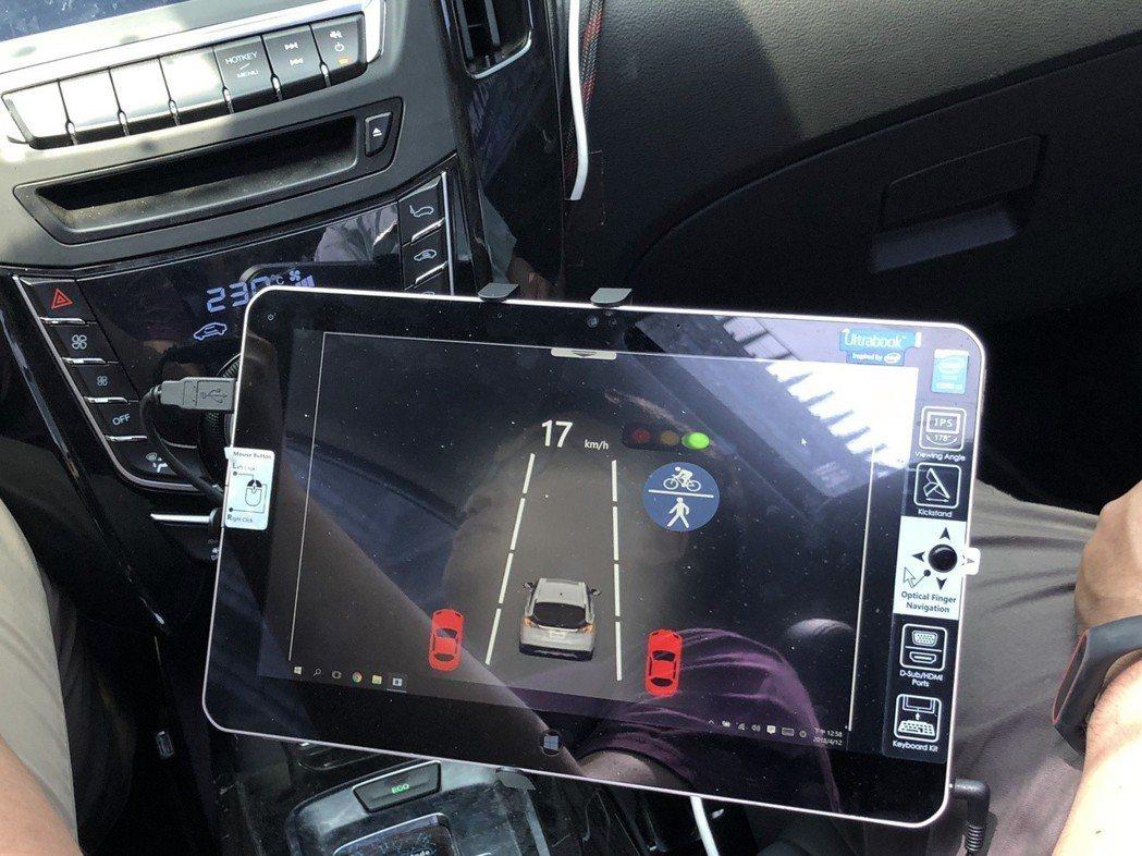 自駕車也可以自動辨識交通號誌的燈號顏色,來判斷要煞停還是自動前進。 記者高詩琴╱...