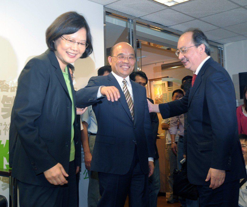 2011年蔡蘇會面30分鐘時間一到,兩人簡單握手後,蘇即起身走人,蔡與黨內大老柯...