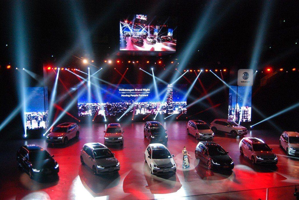 福斯品牌之夜除了展示全品牌車款外,活動現場也請來歌手艾怡良進行演唱。 記者林鼎智...