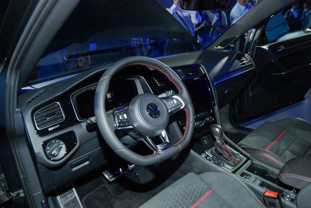 Golf GTI Performance的內裝具有紅色縫線的 GTI 運動化真皮多功方向盤、GTI專屬紅色車室氣氛燈、湛黑頂蓬與GTI金屬踏板。 記者林鼎智/攝影