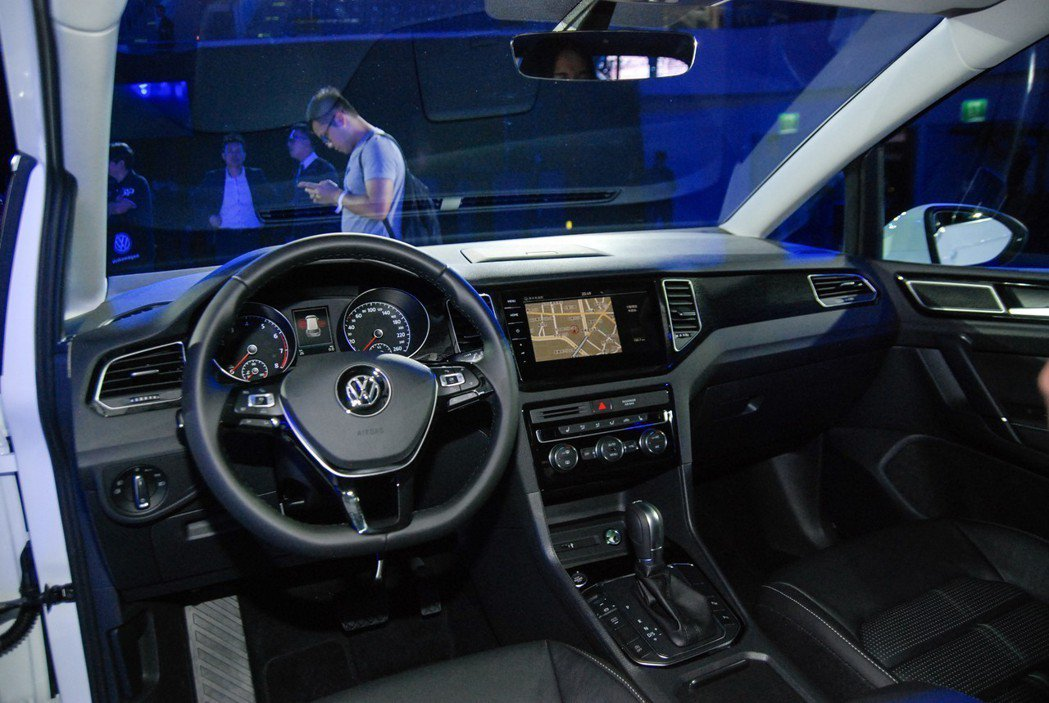 Golf Sportsvan採用首次導入的 MIB GEN2 Advanced Tab 鏡面觸控面板,搭配 Discover Pro 9.2吋多媒體觸控音響主機(280 TSI Highline Plus車型配置)與手勢控制功能,提供便利就手的影音操作。 記者林鼎智/攝影