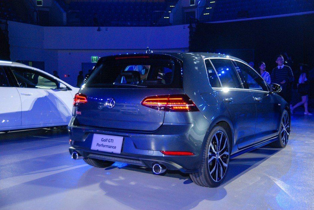 Golf GTI Performance 在外觀上處處可見鮮紅熱血的鋼炮本質。 ...
