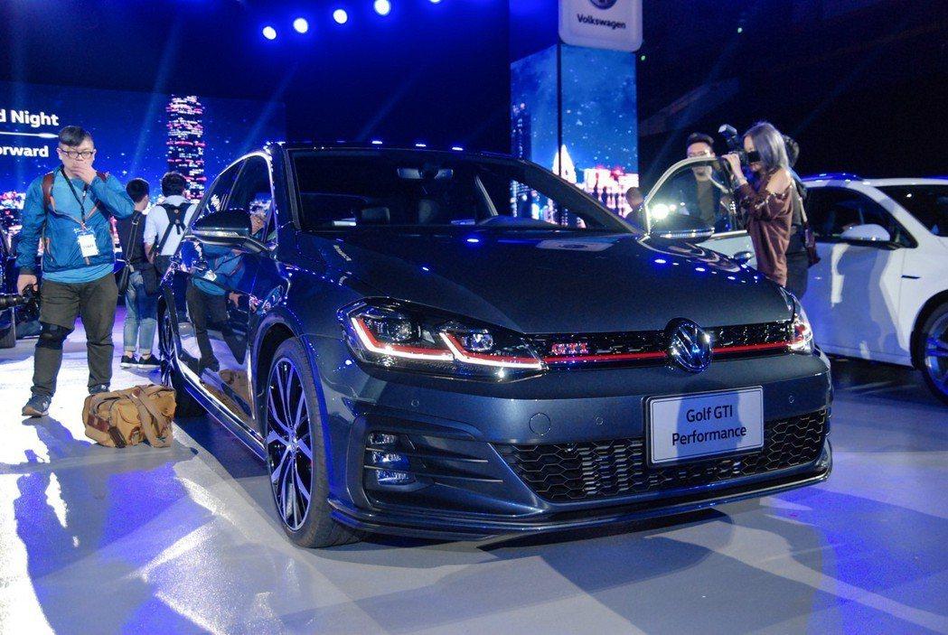 台灣福斯汽車在既有 Golf GTI(144.8 萬) 與 Golf R(188.8 萬)之間,導入全新 Golf GTI Performance車型(154.8萬),以補強產品間的陣容。 記者林鼎智/攝影