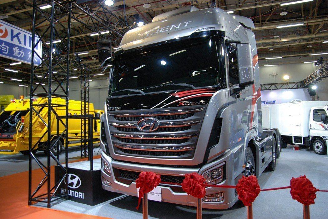 現代 Xcient 重型曳引車搭載歐盟六期的 12.7 升柴油渦輪引擎,匹配 ZF 12速自手排變速箱後具有最大馬力 540 匹/265公斤米。 記者林鼎智/攝影