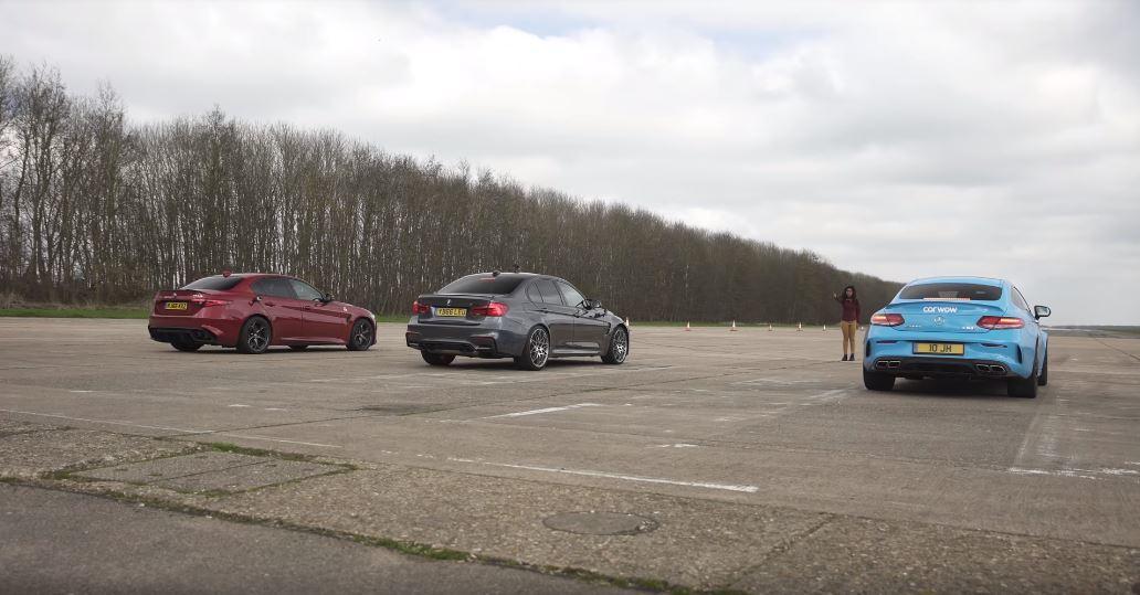 3台轎跑同時發出渾厚的排氣聲浪。 截自Carwow影片