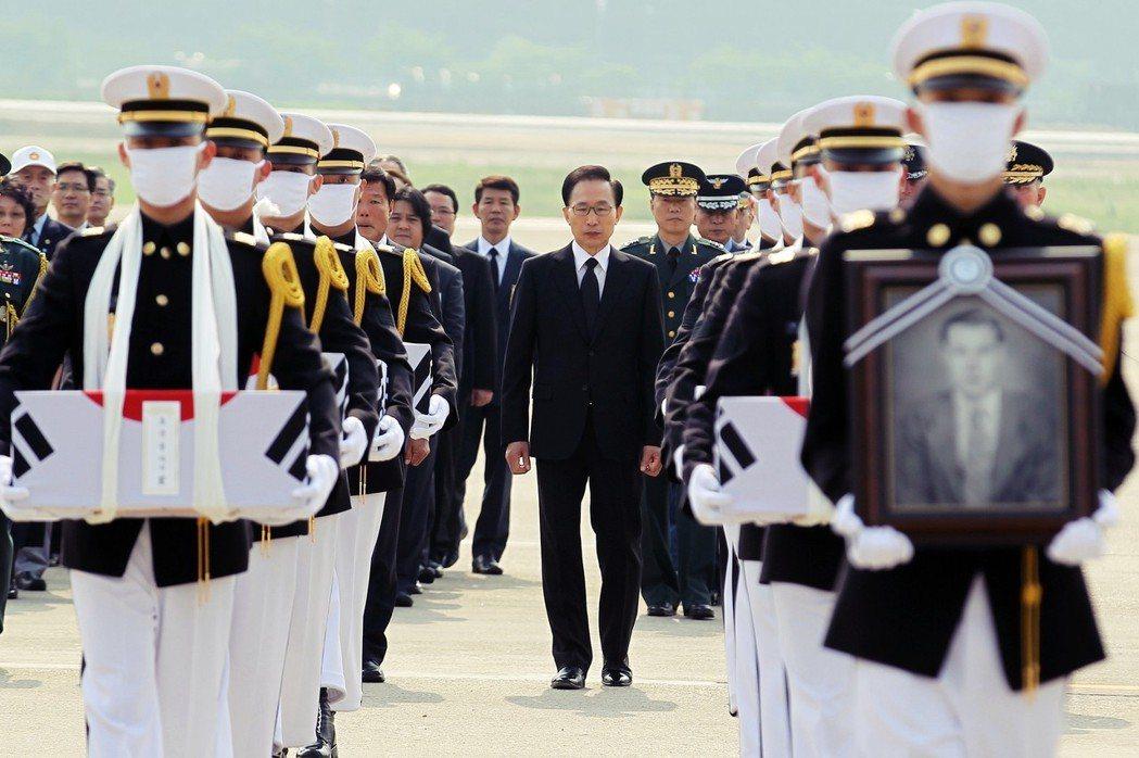 保守派一直主張,在朝鮮半島南北分斷的情勢下,國家權力擴張有正當性。圖為迎回函戰陣...