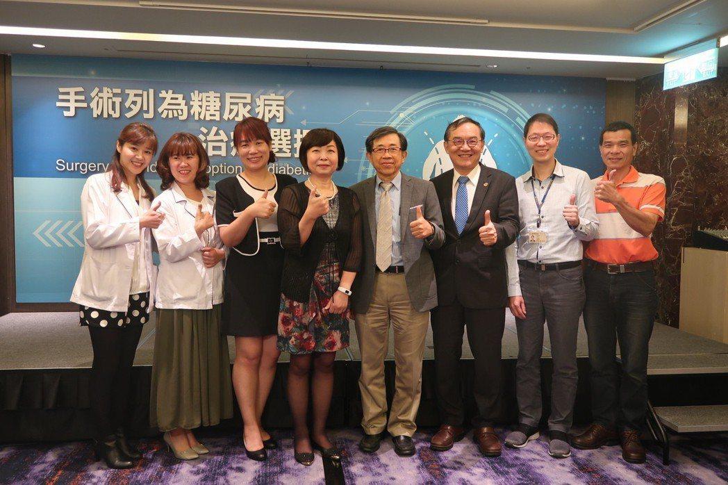 DSS研究人員營養師陳夢潔(左起)、陳淑君護理師、患者徐小姐、患者曾小姐、台大醫...