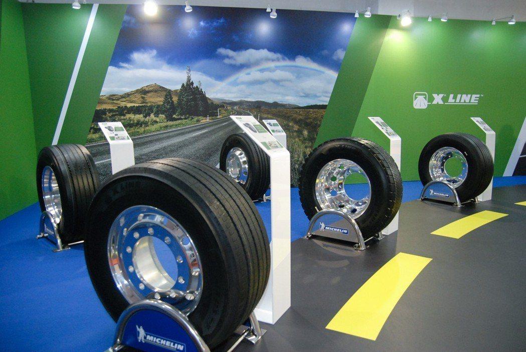 現行卡客車輪胎也逐漸走向低扁平比趨勢,較低扁平筆的卡客車輪胎具有降低車輛油耗、漸少CO2排放與提升運輸效率等優勢。 記者林鼎智/攝影