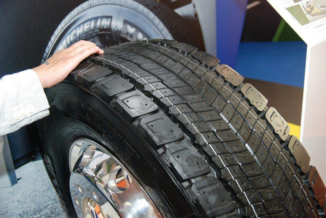 隱藏式溝槽技術(REGENION™)可使輪胎不論胎溝深淺,都能保有一致的抓地表現。 記者林鼎智/攝影
