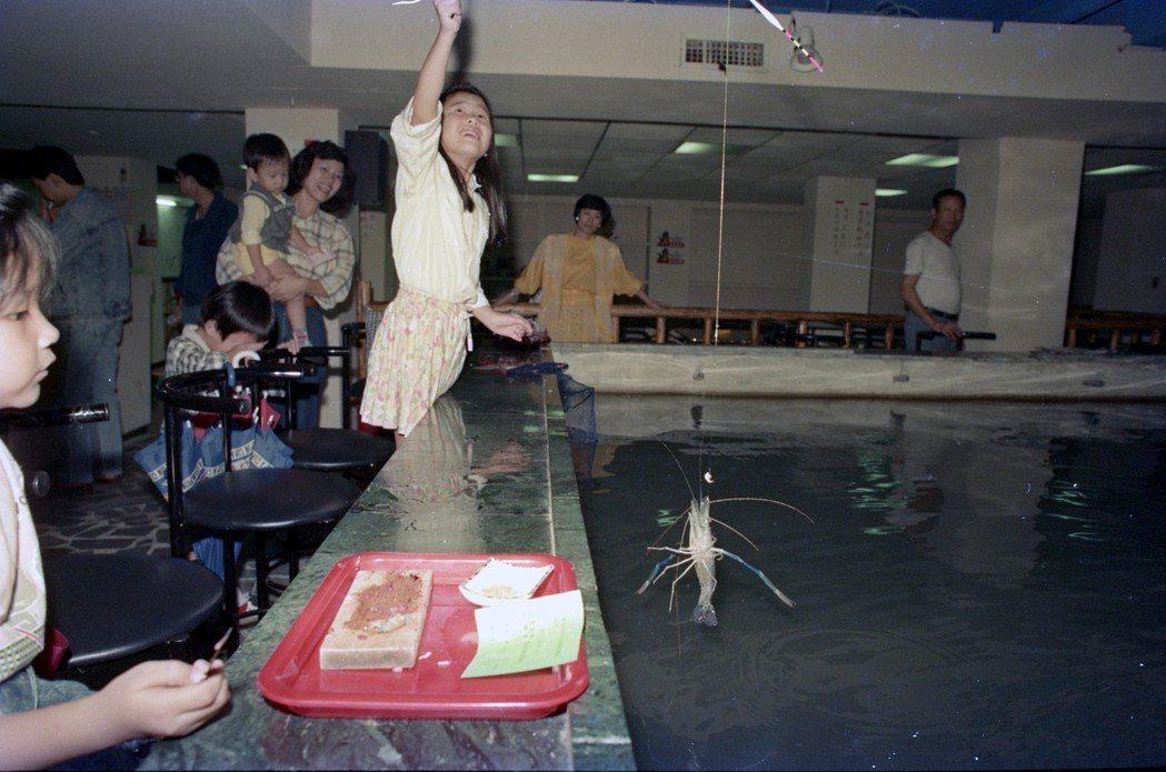 在1980年代中期,很快就有業者跑到都會區裡面,開設專門的釣蝦場。圖為台北市東區...