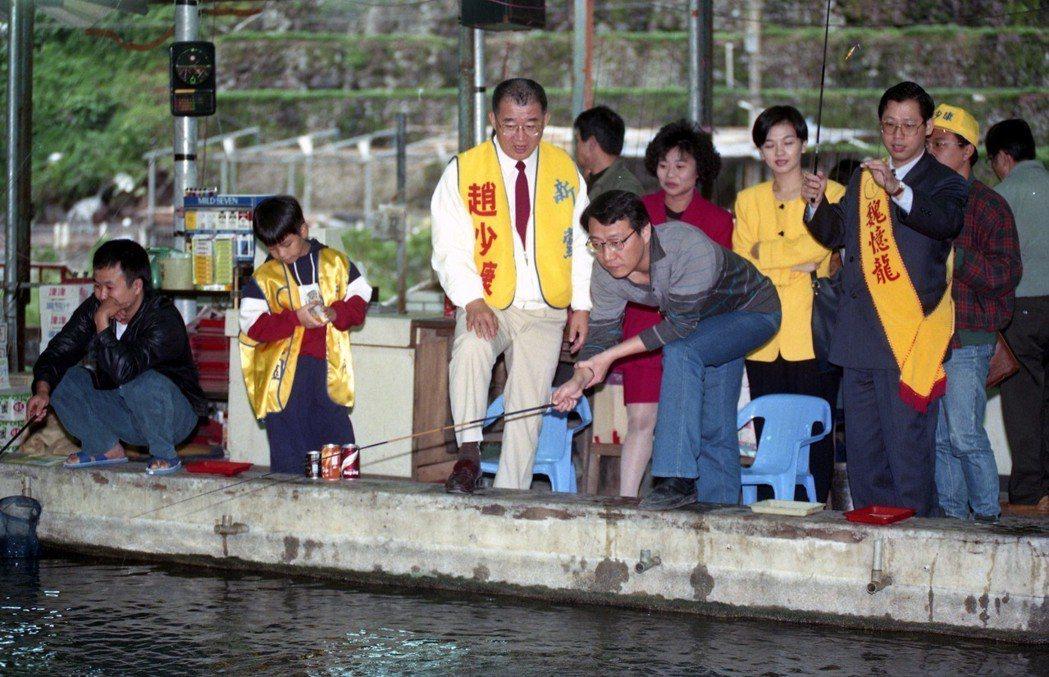 圖為1994年10月,新黨提名的台北市長參選人趙少康(前右二)、魏憶龍(前右一)...