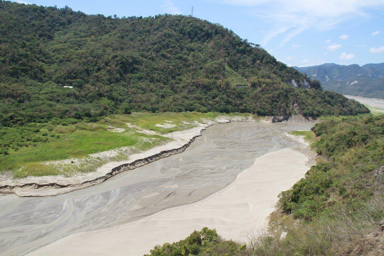 從台三線大埔段看曾文溪,因為缺水乾涸,溪床一片沙洲。記者卜敏正/攝影