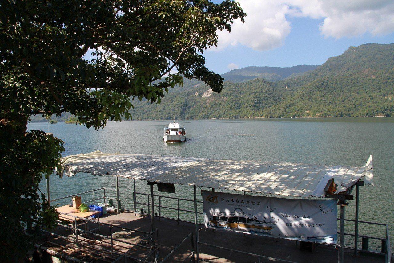 過去水庫滿水位時,遊船開進情人碼頭,搭載遊客欣賞水庫湖光山色。圖/本報資料照片
