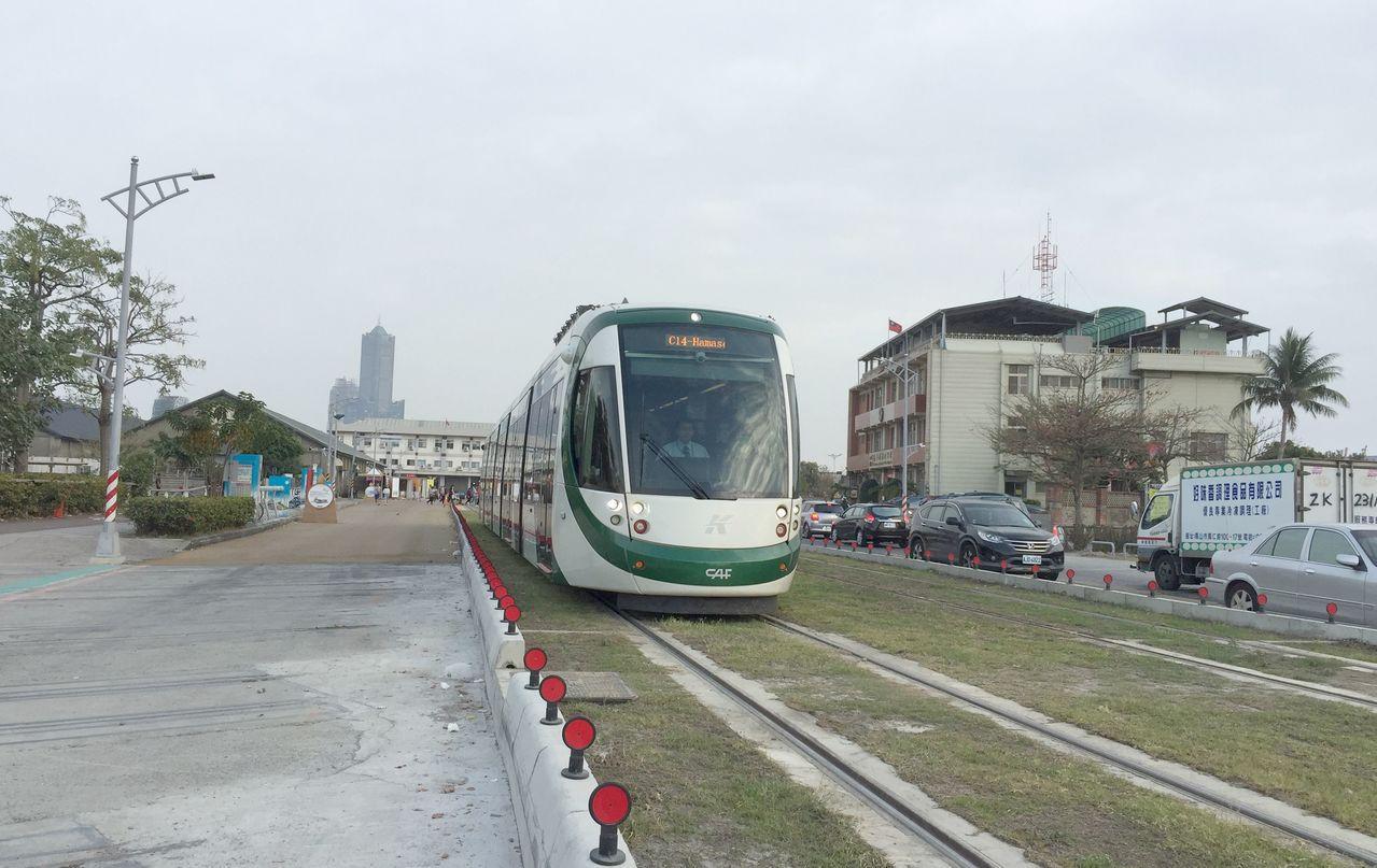 高雄市捷運局預計輕軌二階段工程明年底完成全部舖軌。圖/聯合報系資料照片